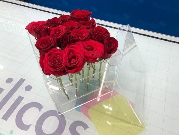 Etiqueta alt: caja acrílico transparente obsequios flores